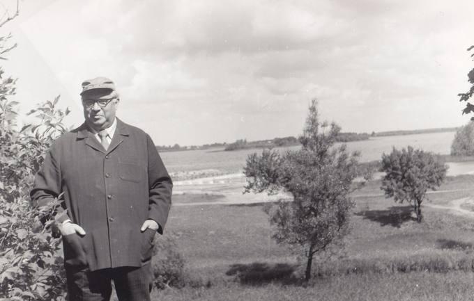 Eugenijus Matuzevičius ant Biržų piliakalnio pylimo (toliau matyti Širvėnos ežeras)