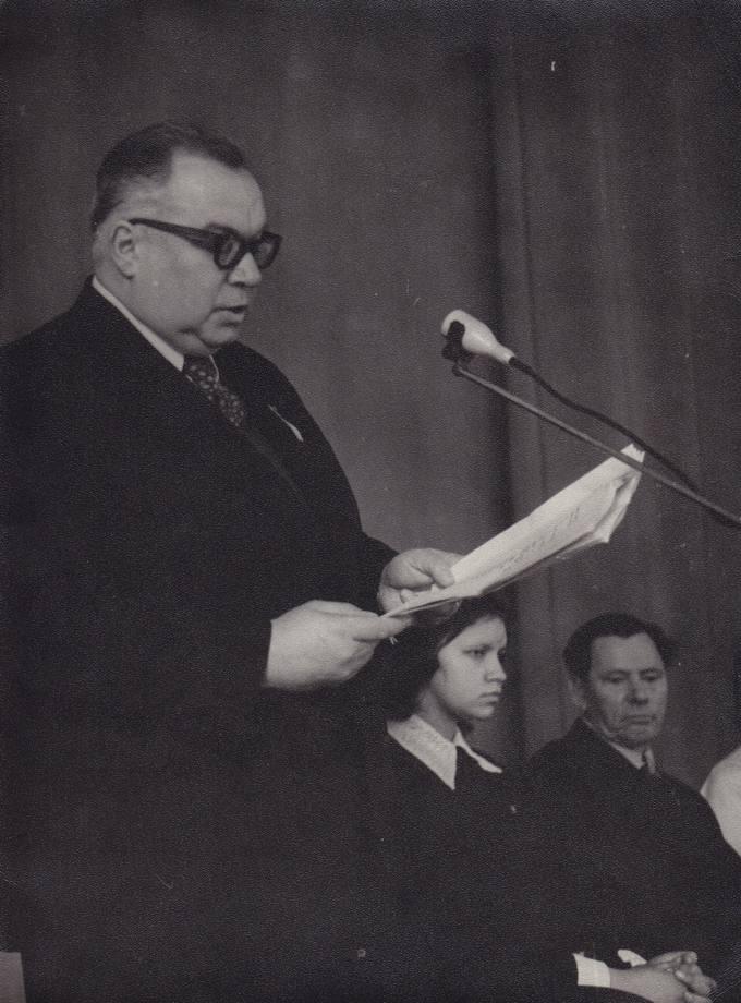 Eugenijus Matuzevičius skaito savo eiles literatūros vakare Klaipėdos Kristijono Donelaičio vidurinėje mokykloje