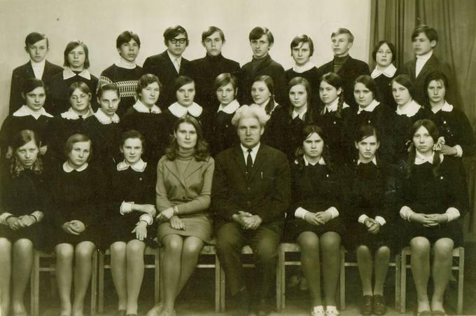 Pasvalio vidurinės mokyklos prancūzų kalbos mokytojas Stasys Linkevičius su auklėtiniais
