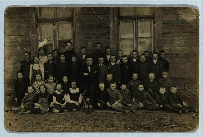 Saločių parapijinė mokykla 1928 metais
