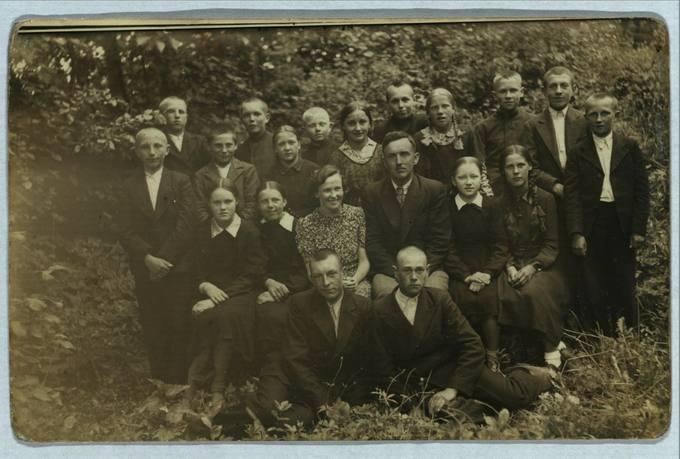 Saločių dr. Jono Basanavičiaus mokyklos moksleiviai ir mokytojai, baigę 1938–1939 mokslo metus