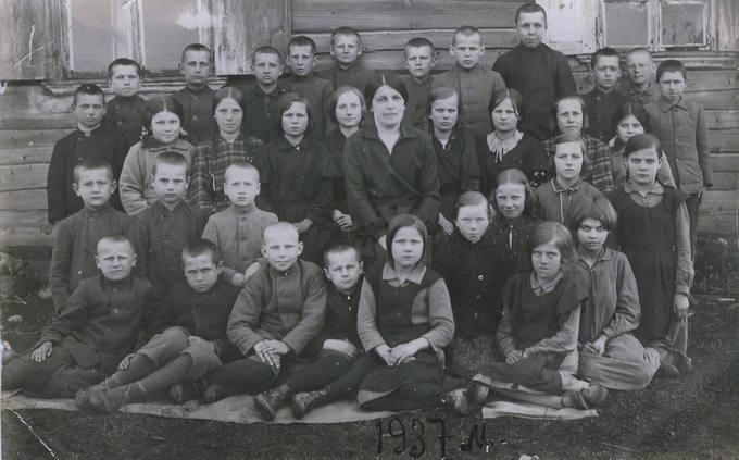 Mokiniai su mokytoja Balzarevičiūte prie Nakvosų pradžios mokyklos