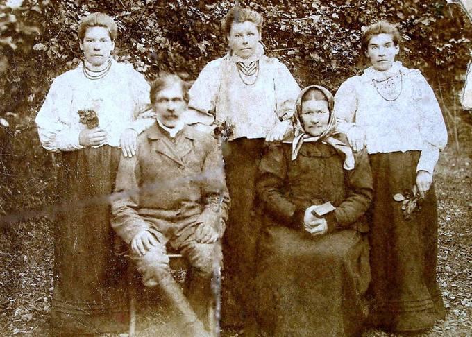 Leveikonių kaimo ūkininkų Kruopių šeima