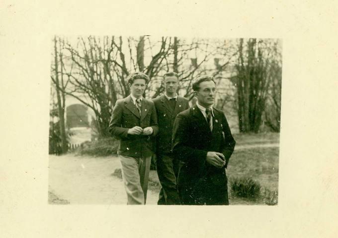 Česlovas Senkevičius su kolegomis Ukmergės valstybinės mokytojų seminarijos sodelyje 1940 metų pavasarį