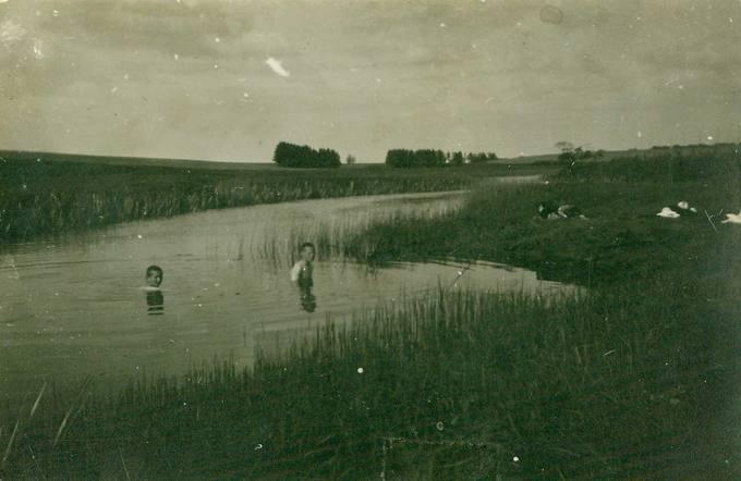 Maudynės Kruojos upelyje: Česlovas Senkevičius su broliu Vytautu