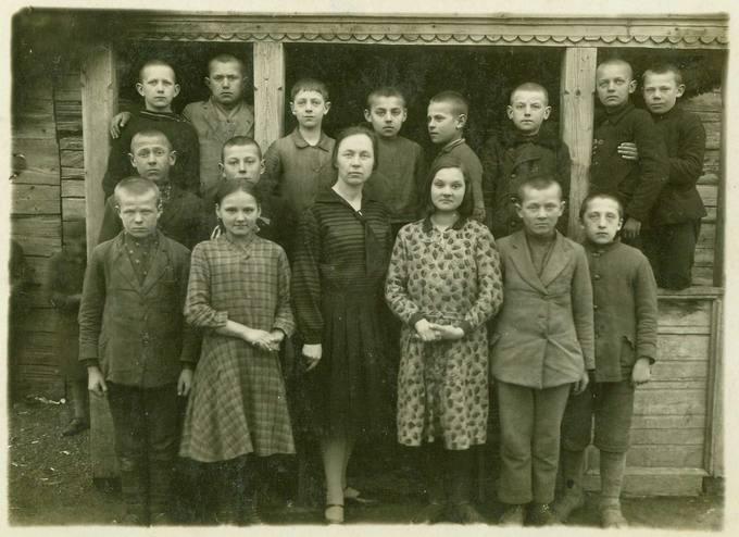 Pakruojo pradžios mokyklos ketvirtasis skyrius su mokyklos vedėja B. Kiukyte