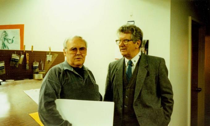 """Rašytojas žurnalistas Česlovas Senkevičius """"Tėviškės žiburių"""" redakcijoje su spaustuvės vedėju Vytautu Balčiūnu"""
