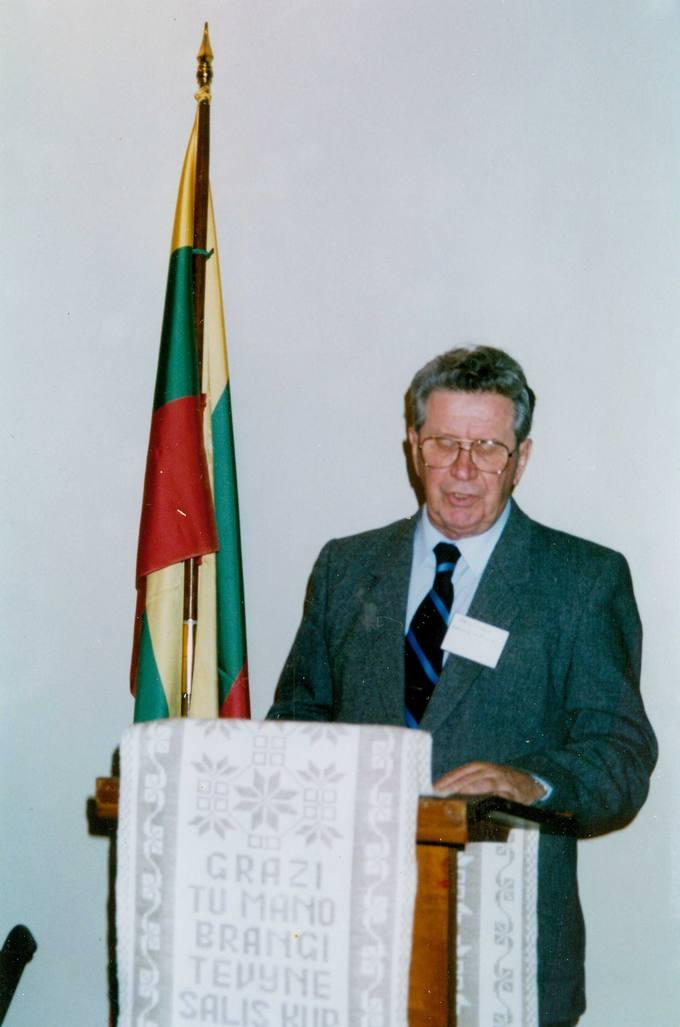 Rašytojas Česlovas Senkevičius kalba Kanados lietuvių bendruomenės suvažiavime Toronte 1992 metų spalio 31 dieną