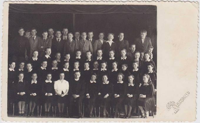Septintokai gimnazistai su mokytoja Elena Poviloniene ir kapelionu kunigu Juozu Varnu