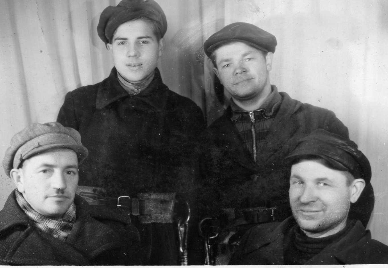 Profesoriaus, agronomo Petro Vasinausko brolis Jonas Vasinauskas (pirmas iš dešinės) Pasvalio elektrinės elektrikas-mechanikas. 1945 m.