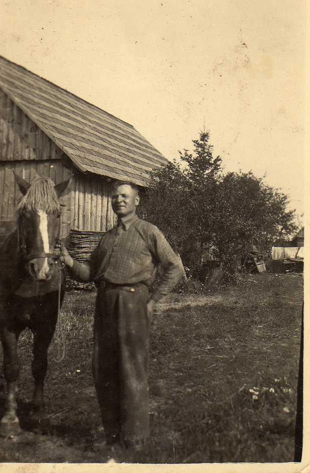 Profesoriaus, agronomo Petro Vasinausko brolis Jonas Vasinauskas su arkliu savo ūkelyje. 1947 m.