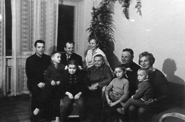 Profesoriaus, agronomo Petro Vasinausko brolis Jonas Vasinauskas (antras iš dešinės) su dukromis, žentais, vaikaičiais ir kitais artimaisiais. 1970 m.