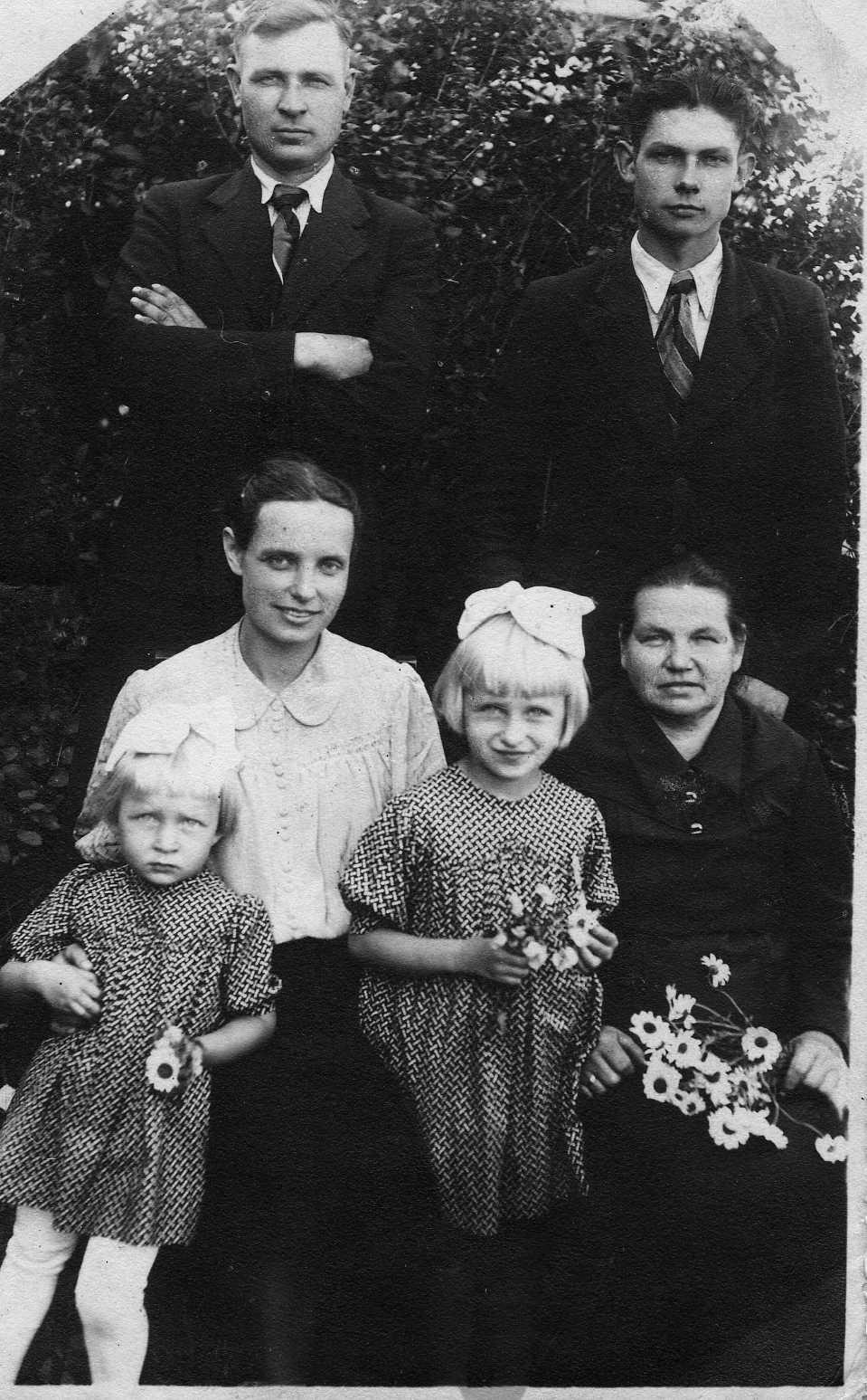 Profesoriaus, agronomo Petro Vasinausko brolio Jono Vasinausko (stovi pirmas iš kairės) šeima. 1944 m.