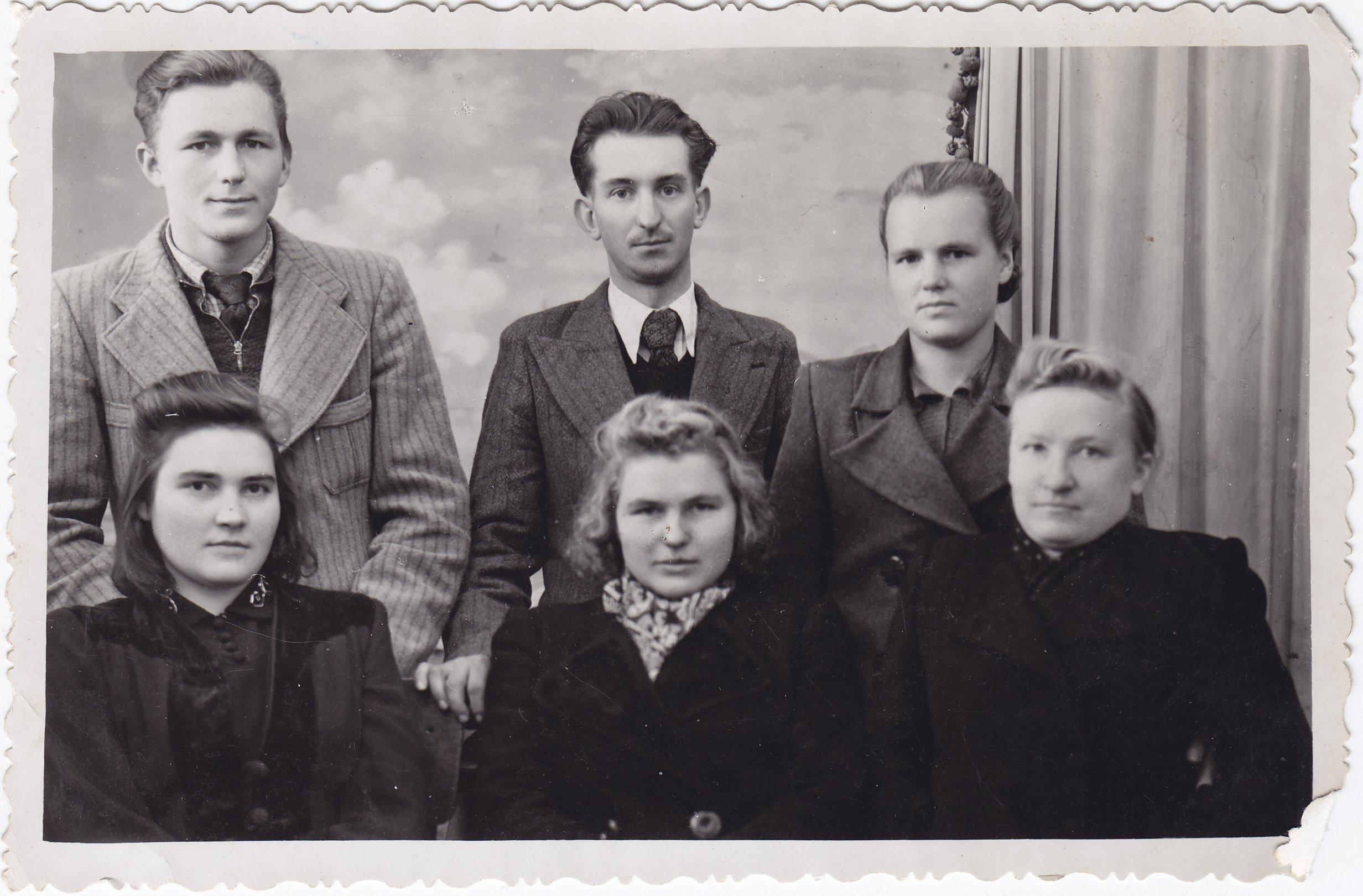 Pasvalio jaunimas, tarp kurių – profesoriaus, agronomo Petro Vasinausko sesuo Apolonija Vasinauskaitė (pirmoje eilėje trečia iš kairės). 1943 m.