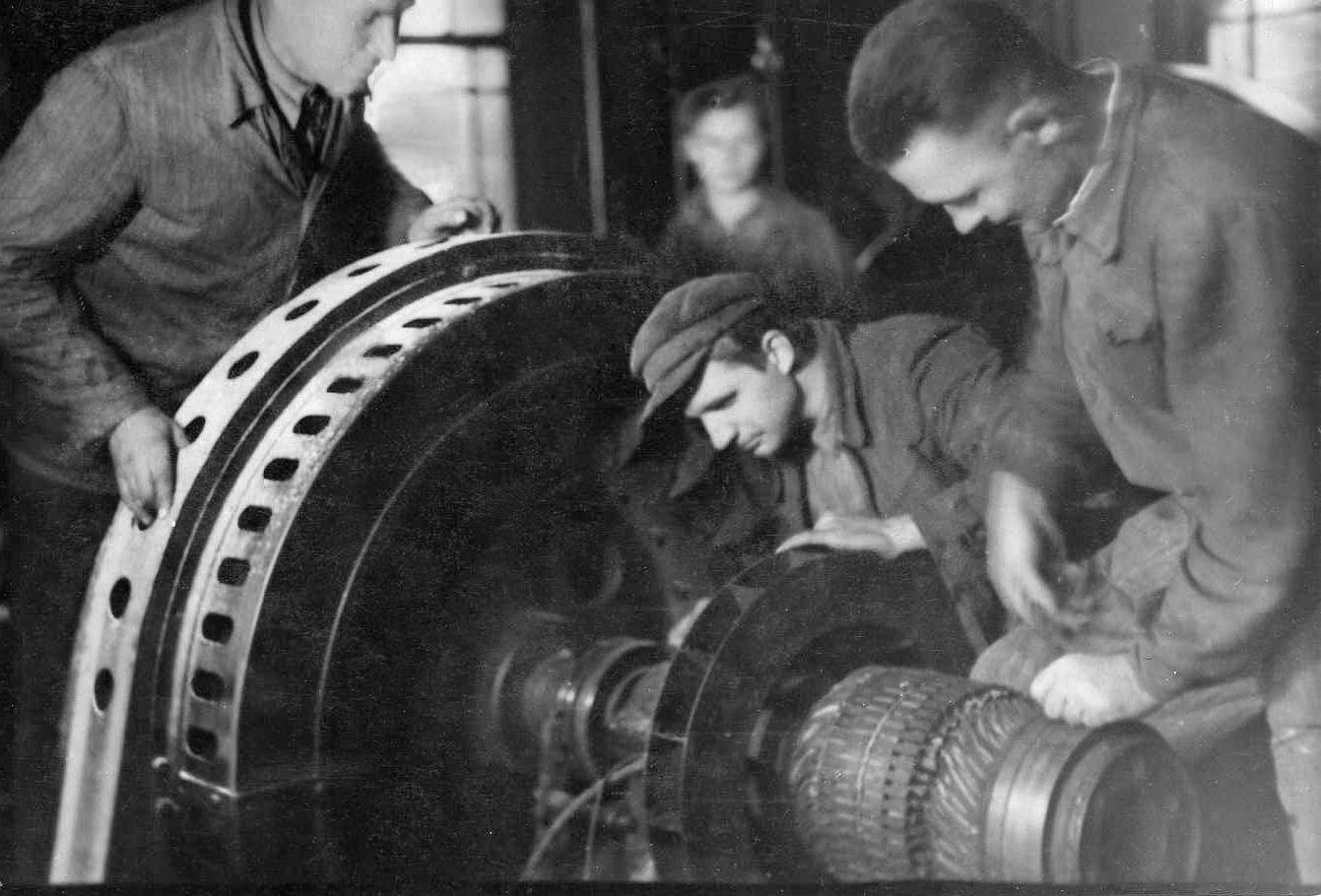 Profesoriaus, agronomo Petro Vasinausko brolis Jonas Vasinauskas prie Pasvalio elektrinės motorų. 1946 m.