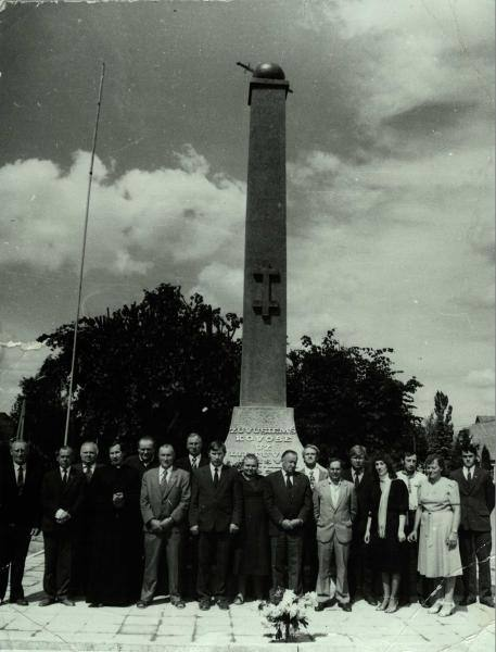Paminklas Nepriklausomybės kovose žuvusiems savanoriams Saločiuose. Aidos Dulkienės nuotrauka, 1989
