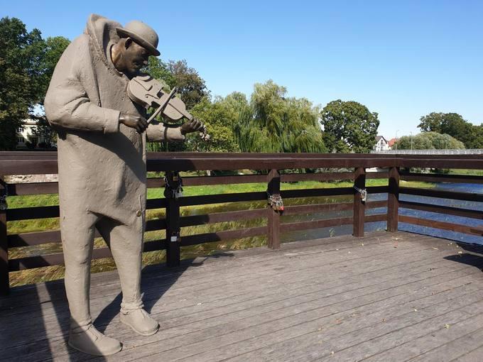 """Interaktyvi skulptūra """"Senojo tilto muzikantas Antanėlis"""". Tomos Mikalajūnaitės nuotrauka, 2019"""