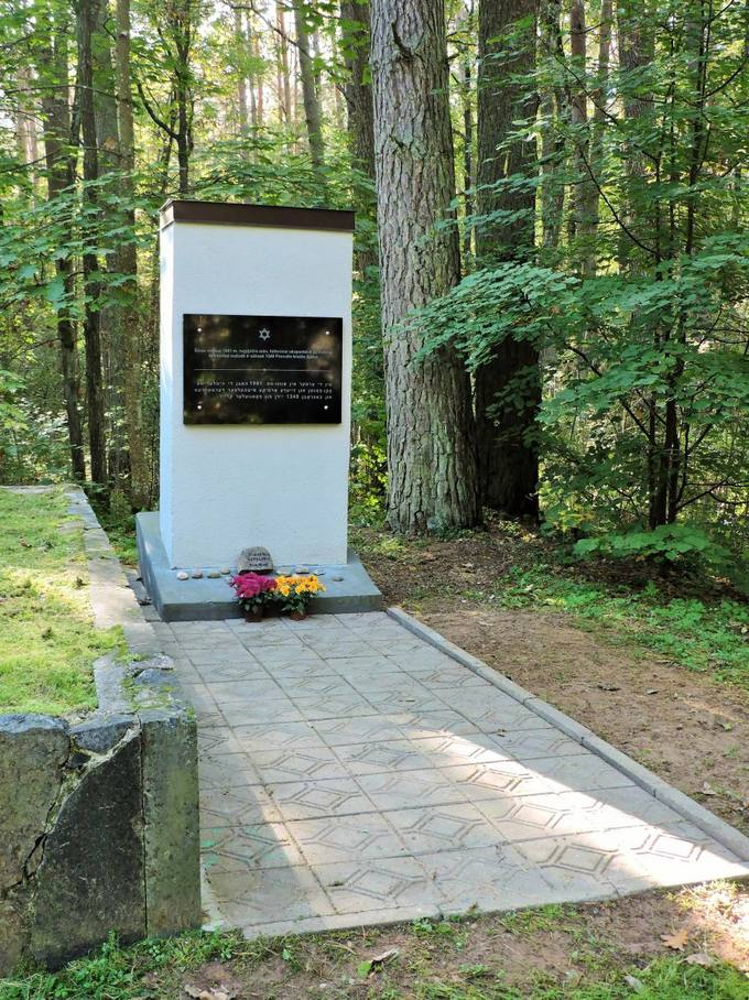 Memorialas holokausto aukoms atminti Žadeikių miške. Gražvydo Balčiūnaičio nuotrauka, 2016