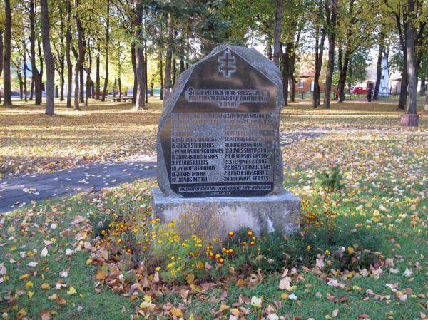Paminklinis akmuo partizanams ir pokario aukoms Pumpėnuose
