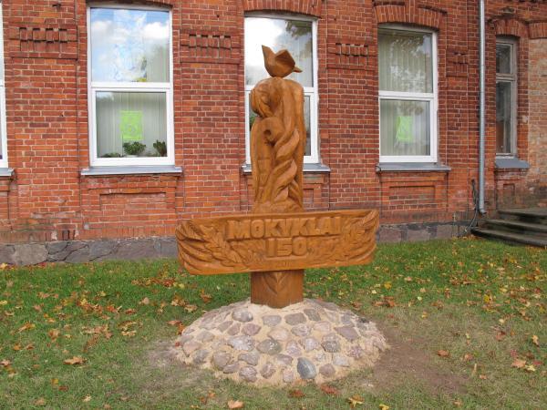Skulptūra Pumpėnų vidurinės mokyklos 150 metų jubiliejui