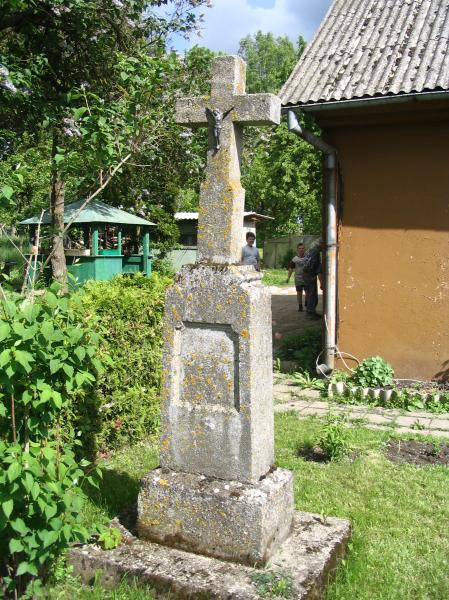 Kryžius A. Vegio sodyboje, Žvirblinių kaime
