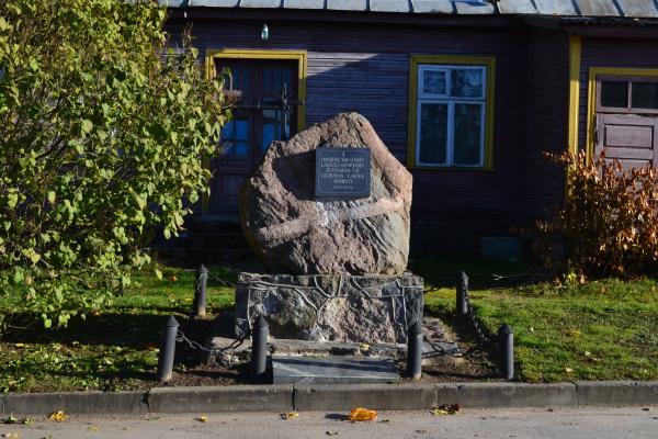 Paminklas žuvusiems partizanams Daujėnų miestelyje