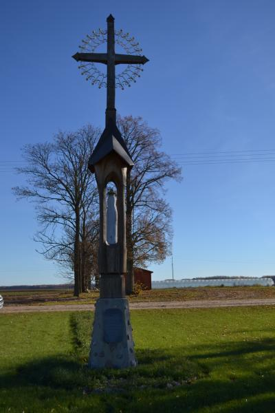 Kryžius-koplytstulpis Kauneckų šeimai ir Trajoniškio kaimo žmonėms
