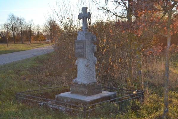 """Kryžius """"Dievui ir tėvynei"""" šalia kelio Mikėnai–Mažionys"""