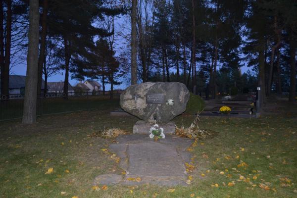 Paminklinis akmuo karo, tremties ir pokario metų aukoms Daujėnų kapinėse