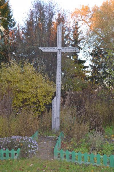Kryžius gydytojos dr. Genovaitės Jusaitienės sodyboje, Pajiešmenių kaime