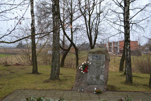 Paminklinis akmuo joniškėliečiams, žuvusiems Antrojo pasaulinio karo metu