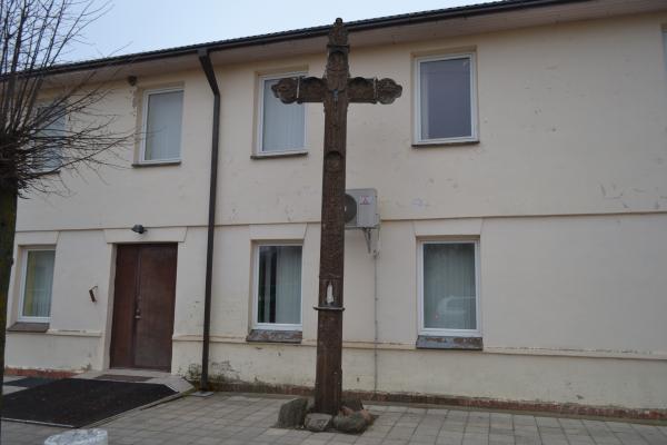 """Kryžius prie labdaros organizacijos """"Caritas"""" pastato Joniškėlyje"""