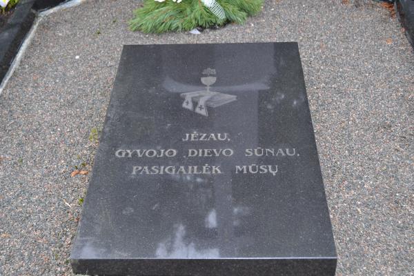 Kunigo Benedikto-Mykolo Urbono kapas Joniškėlio bažnyčios šventoriuje
