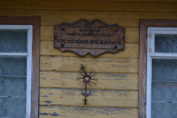Atminimo lenta rašytojoms G. Petkevičaitei-Bitei ir Žemaitei Joniškėlyje
