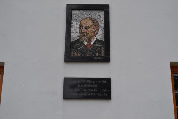 Atminimo lenta Jonui Leonui Petkevičiui ir rašytojai Gabrielei Petkevičaitei-Bitei Joniškėlyje