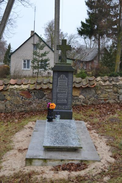 Atsargos majoro, Vyties Kryžiaus kavalieriaus Adomo Džiuvės kapas Švobiškio bažnyčios šventoriuje