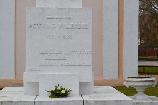 Paminklas Petrui Vileišiui prie jo vardo gimnazijos Pasvalyje