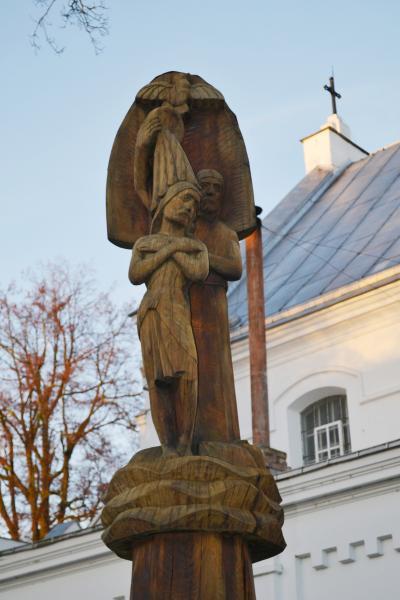 Paminklas klebonui monsinjorui Jonui Balčiūnui Pasvalio bažnyčios šventoriuje