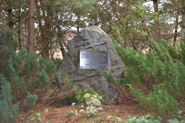 Paminklinis akmuo senosioms Gegabrastos kapinėms ir čia palaidotiems partizanams