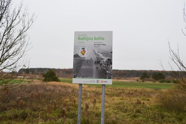 Atminimo stendas Baltijos kelio 25-mečiui ties Talkonių kaimu