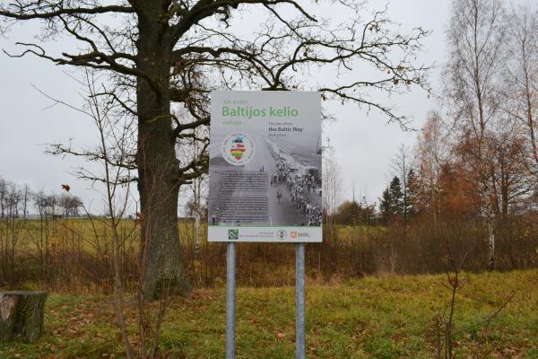 Atminimo stendas Baltijos kelio 25-mečiui ties Sereikonių kaimu