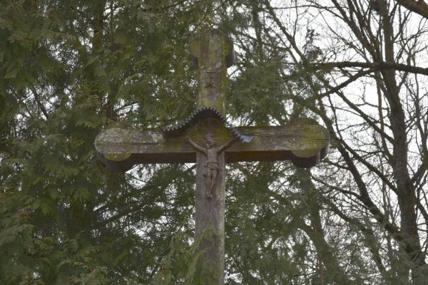 Kryžius prie klebonijos pastato Kyburių kaime