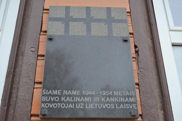 Atminimo lenta ant buvusios Pumpėnų NKVD-MVD-MGB poskyrio ir stribų būstinės