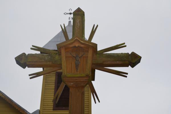 Kryžius Kriklinių Švč. Mergelės Marijos Apsilankymo bažnyčios šventoriuje