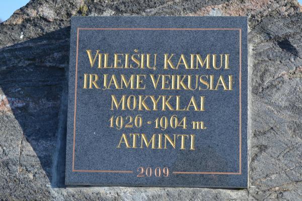 Paminklinis akmuo Vileišių kaimui ir jame 1926–1964 m. veikusiai mokyklai atminti