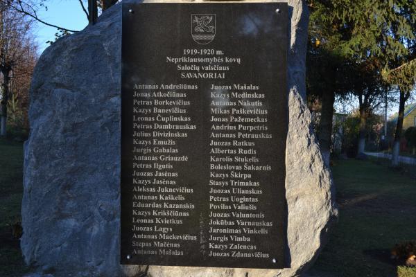 Paminklinis akmuo Saločių valsčiaus savanoriams Saločiuose