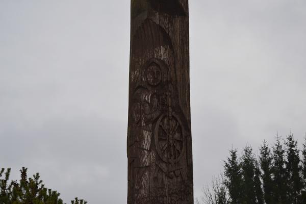 Koplytstulpis Lietuvos mokyklos 600 metų jubiliejui Pušalote