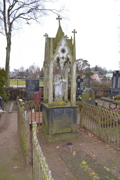Kunigo Felikso Vereikos kapas Pušaloto bažnyčios šventoriaus kapinėse