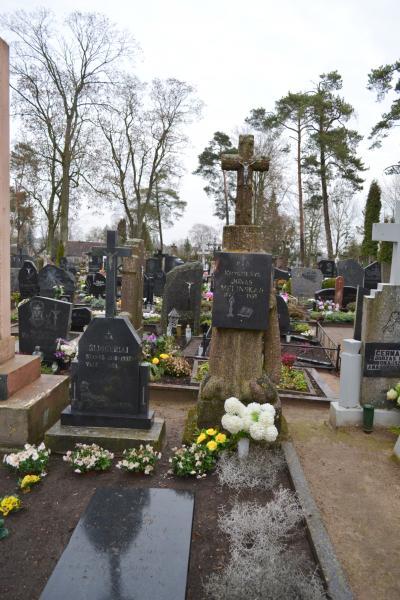 Knygnešio Jono Melinsko kapas Pušaloto bažnyčios šventoriaus kapinėse