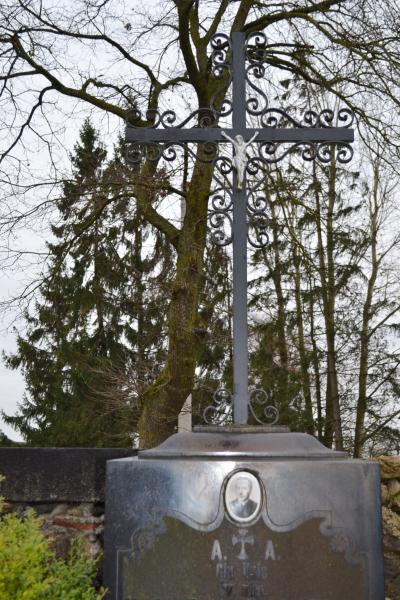 Kunigo Petro Rimkevičiaus kapas Pušaloto bažnyčios šventoriaus kapinėse